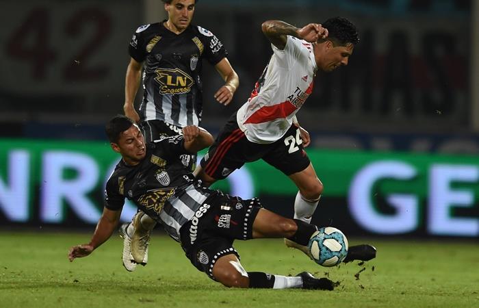Enzo Pérez se entrenó a la par de sus compañeros y dejó atrás la lesión. Foto: Twitter