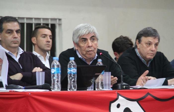 Hugo Moyano se calentó con un hincha de Independiente. Foto: Twitter