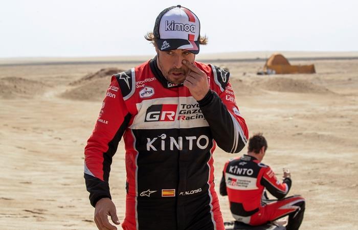 Fernando Alonso volcó en el Rally Dakar, pero terminó la etapa 10. Foto: EFE