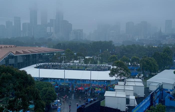 Las lluvias obligaron a suspender la primera jornada del Australian Open. Foto: EFE