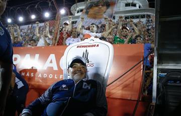 El espectacular recibimiento de Huracán a Maradona: sillón, bandera y camiseta