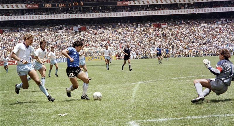 Diego Maradona fue autor de los dos goles ante Inglaterra. Foto: Andina