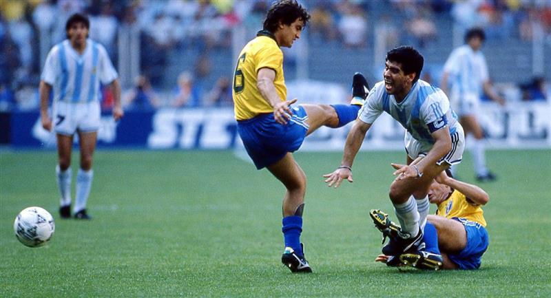 Diego Maradona fue barrido por tres rivales de Brasil. Foto: Twitter Difusión