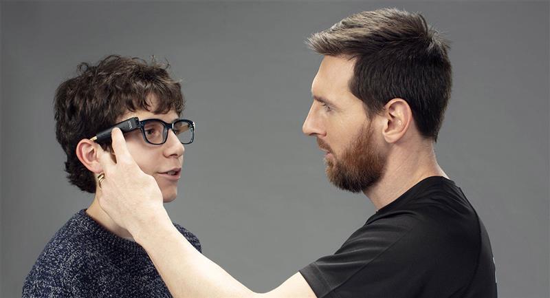 Niño invidente reconoce a Messi gracias a la inteligencia artificial. Foto: EFE