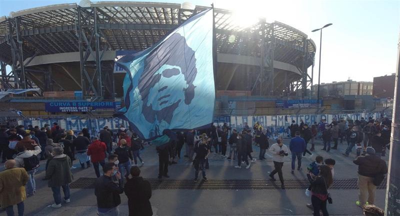 Así luce el estadio de San Paolo, con la figura de Diego Maradona. Foto: EFE