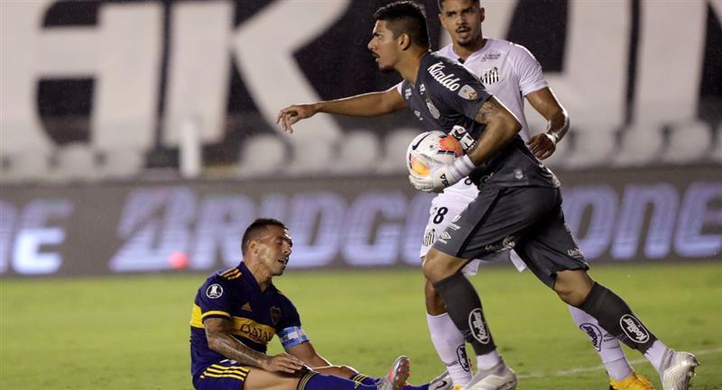 Boca no pudo hacer mucho ante el Santos en Brasil. Foto: EFE
