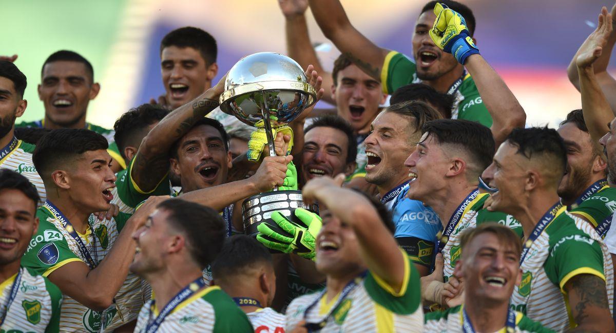 Defensa y Justicia con la Copa Sudamericana en su poder. Foto: EFE