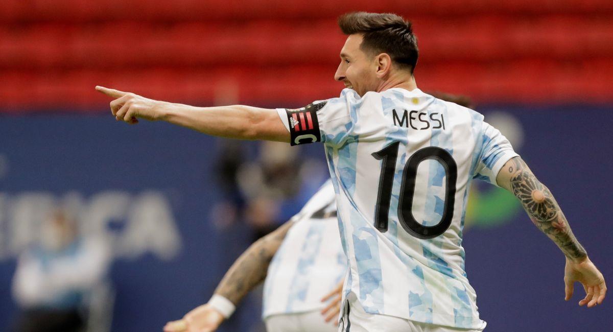 Lionel Messi y su encuentro con Yerry Mina. Foto: EFE