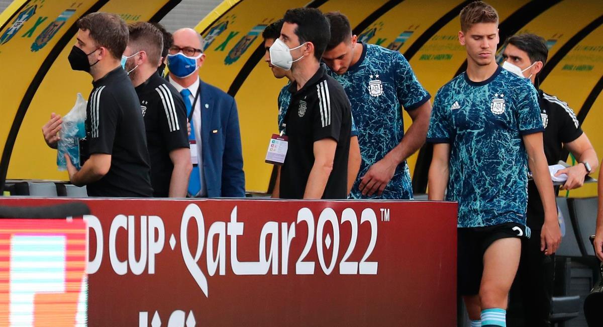Argentina decidió retirarse del campo de juego tras ingreso de autoridades sanitarias. Foto: EFE
