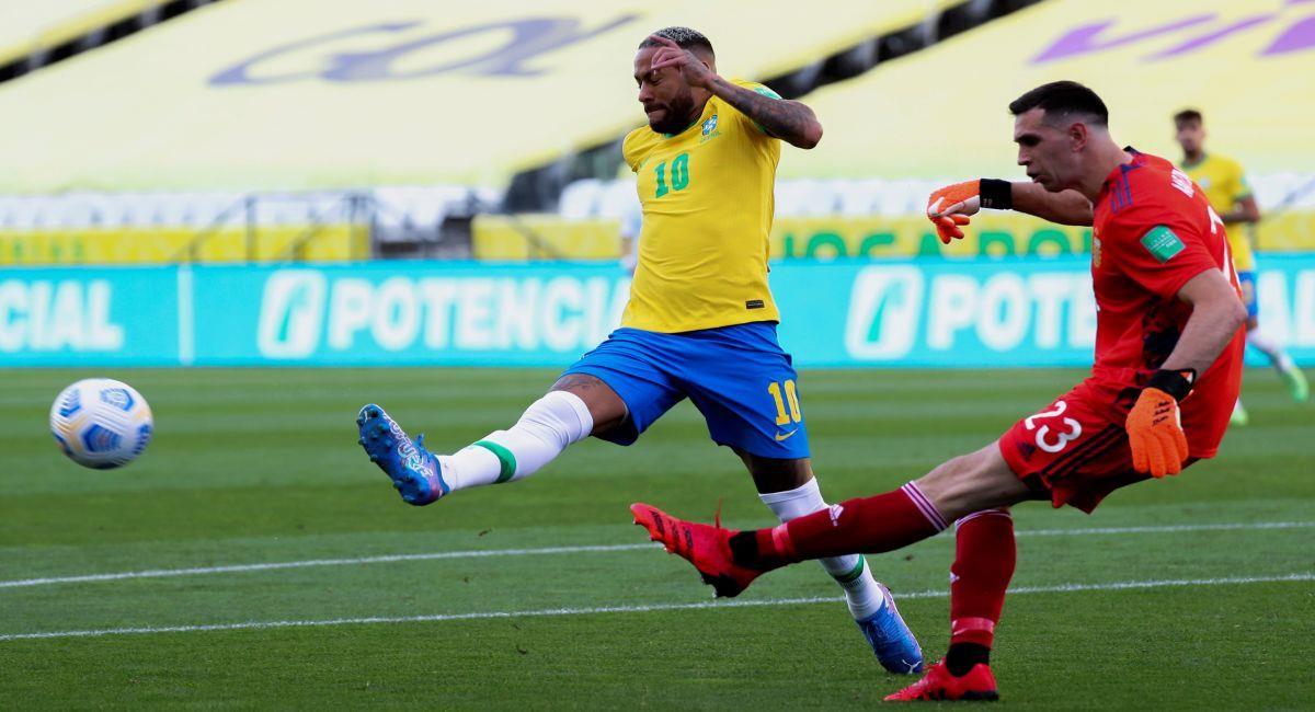 Emiliano Martínez en los pocos minutos de juego ante Brasil. Foto: EFE